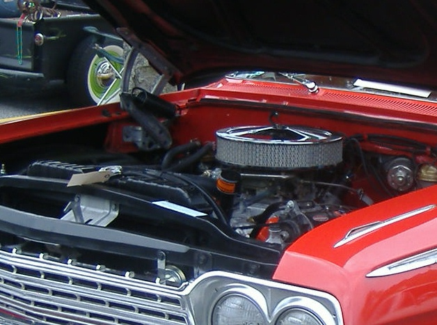 While I'm obsessed with monoblogue, the owner of this 1962 Chevy Impala takes great care to keep his motor looking nice like this.